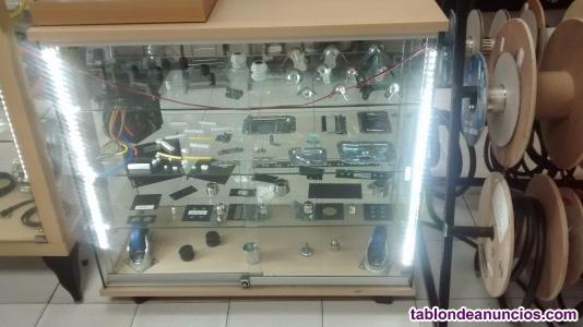 Mostrador con base de madera y cristal