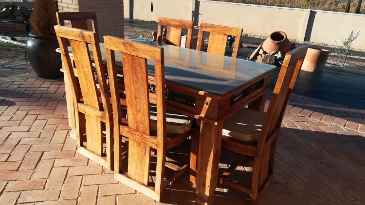 Mesa comedor en madera y sillas