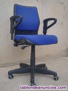 Silla de oficina azul con ruedas