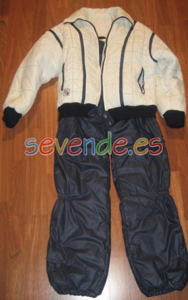 Traje de esquiar azul marino y blanco