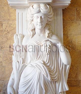 pareja de columnas con estatuas,