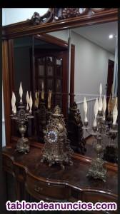 Reloj y dos candelabros de bronce.