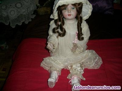 Muñeca de porcelana vestida de época