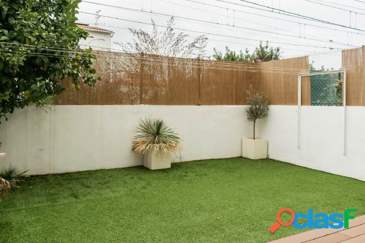 Bajos con terraza-jardín en el centro a un paso de