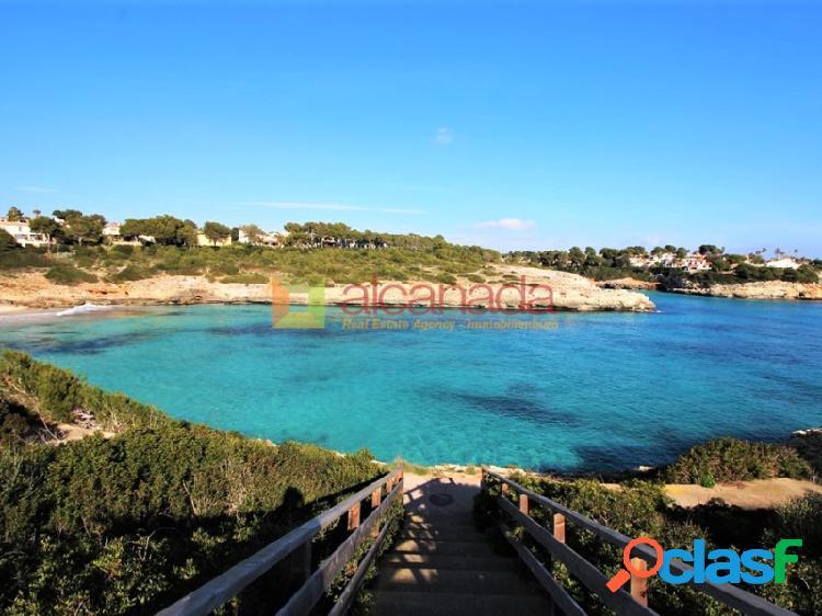 Chalet adosado en primera linea en Cala Mendia, Mallorca.