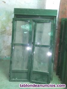 Ventanas de aluminio verdes con persianas