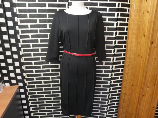 Vestido negro con costuras por fuera