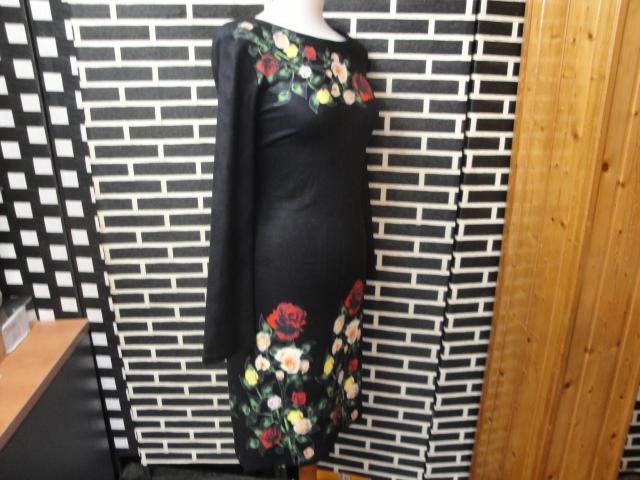 Vestido negro con flores de Sweet Miss