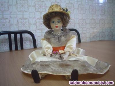 Muñeca de cerámica cara, manos y pies, vestido color veis,