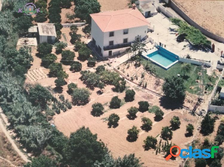 3 viviendas en una, con parcela de 2500 m2 y piscina