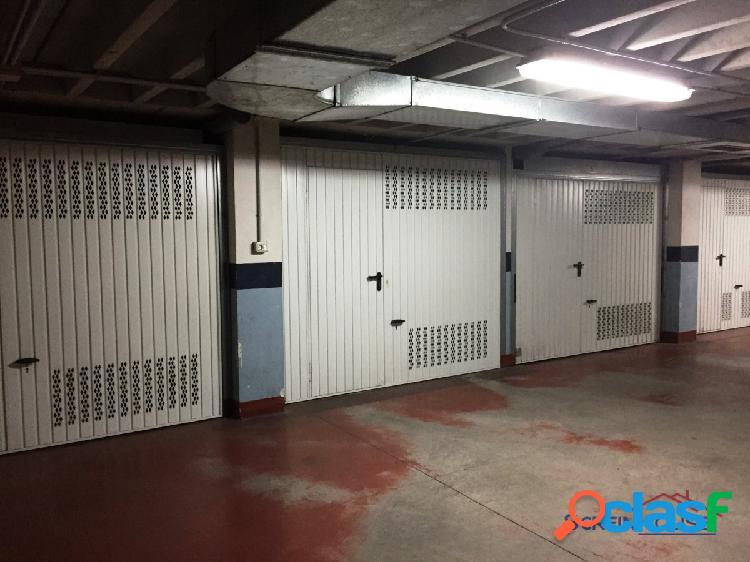 Amplia parcela de garaje cerrada.