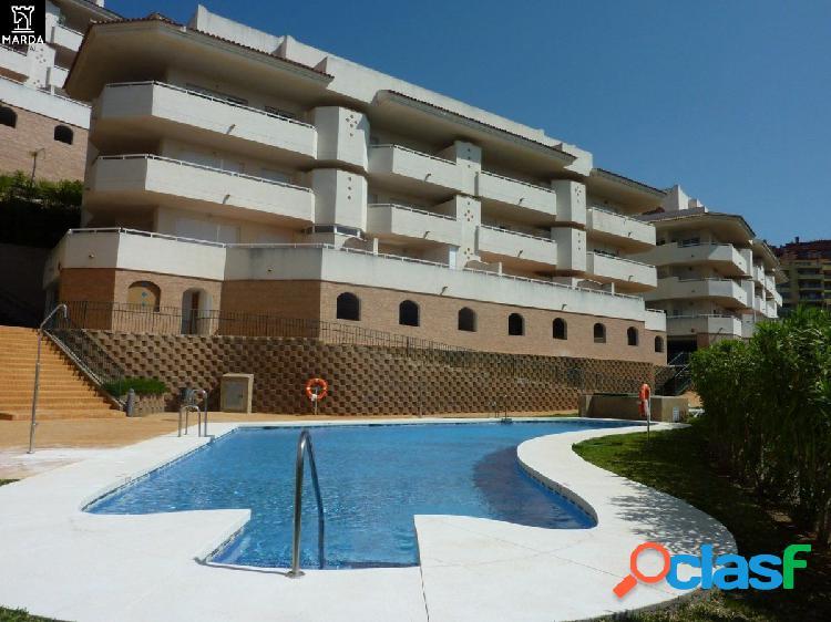 Apartamento con garaje y piscina comunitaria.