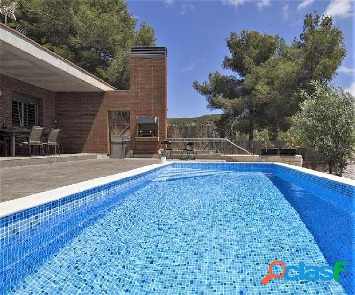 Bonita y soleada casa unifamiliar de una planta con piscina