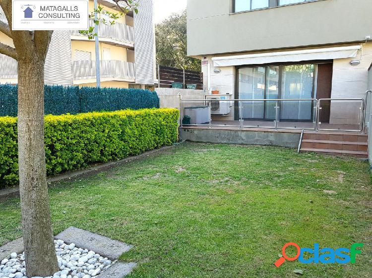 Casa adossada de 260 m2 amb jardí privat.