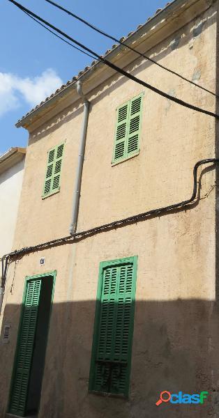 Casa antigua de dos plantas en buen estado en Sineu