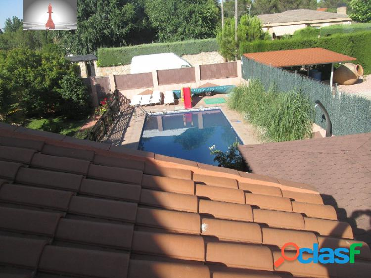 Casa con piscina,parcela de 1000 metros en la urbanización