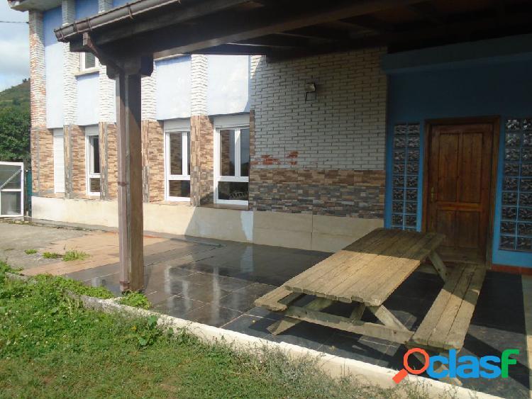 Casa de dos plantas en el centro de Sariego