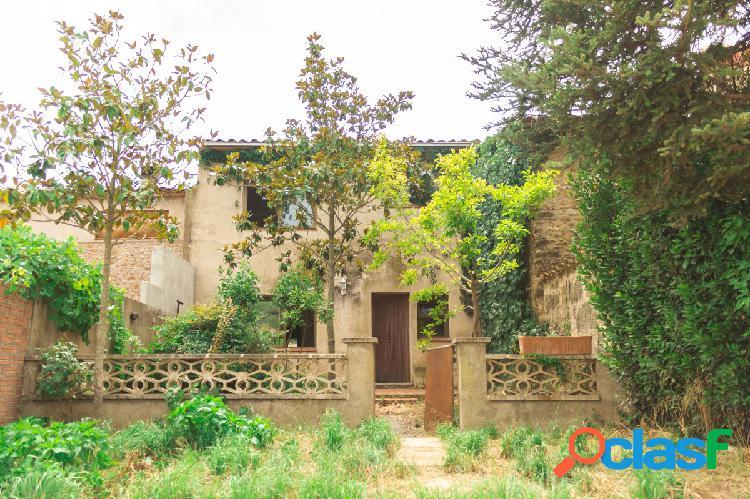 Casa de pueblo de tres plantas con local a la calle, en