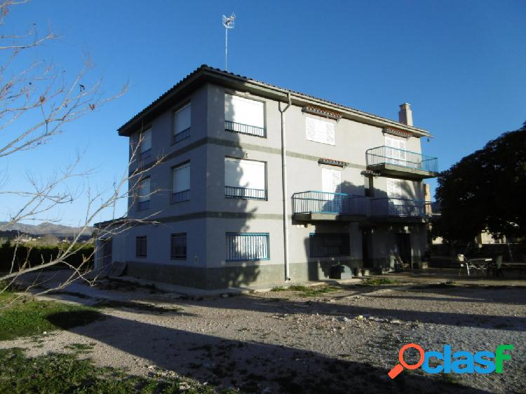 Casa de tres plantas a 3 minutos de la población de Xerta