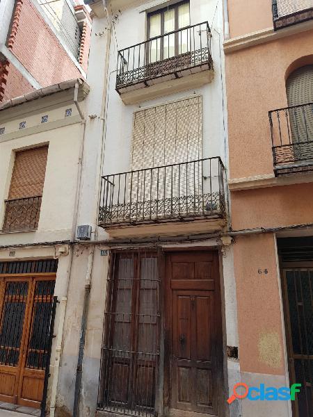 Casa de tres plantas con tres viviendas en el centro de la