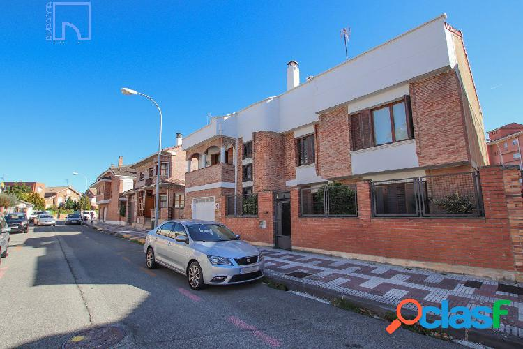 Casa independiente con piscina en Pamplona