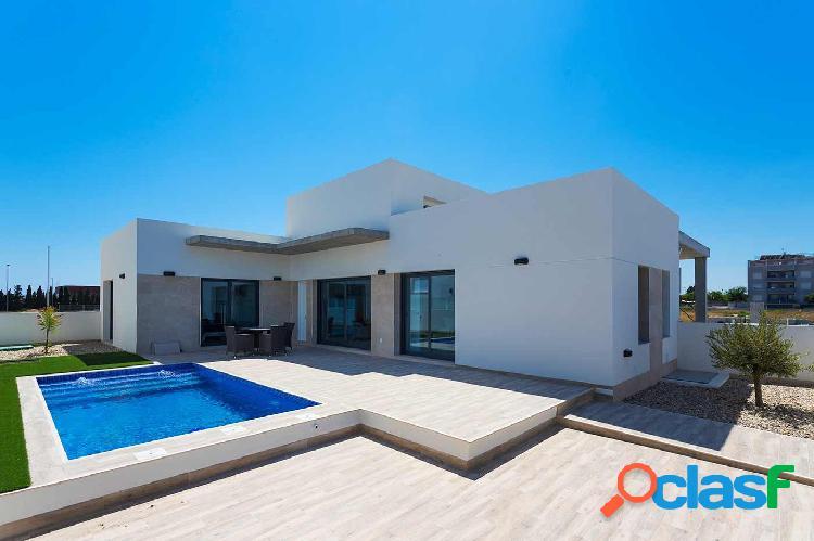 Casas adosadas en estilo moderno con jardín y piscina