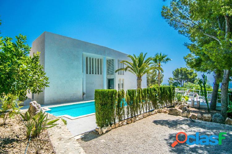 Chalet de estilo moderno con piscina privada y vistas al