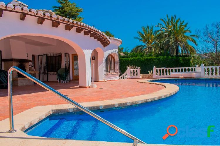Chalet en venta con piscina privada y vistas al mar en