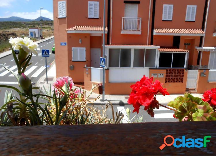 En venta amplia casa adosada en esquina en La Gallega, con