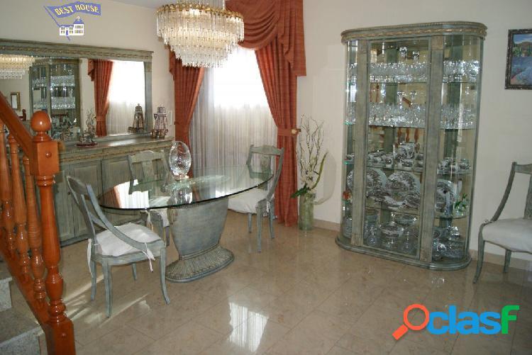 Espectacular casa de 165 m2, 3 hab, 4 baños, parking,
