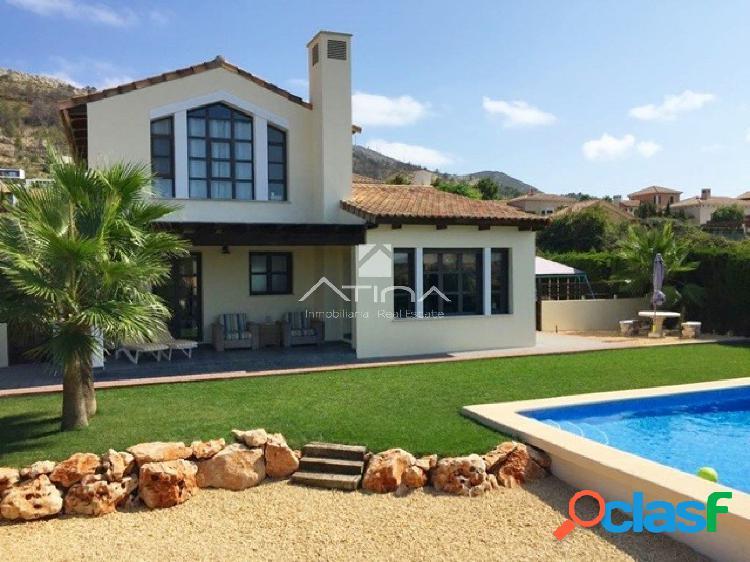 Esta espaciosa villa en venta con vistas al Montgo, junto al