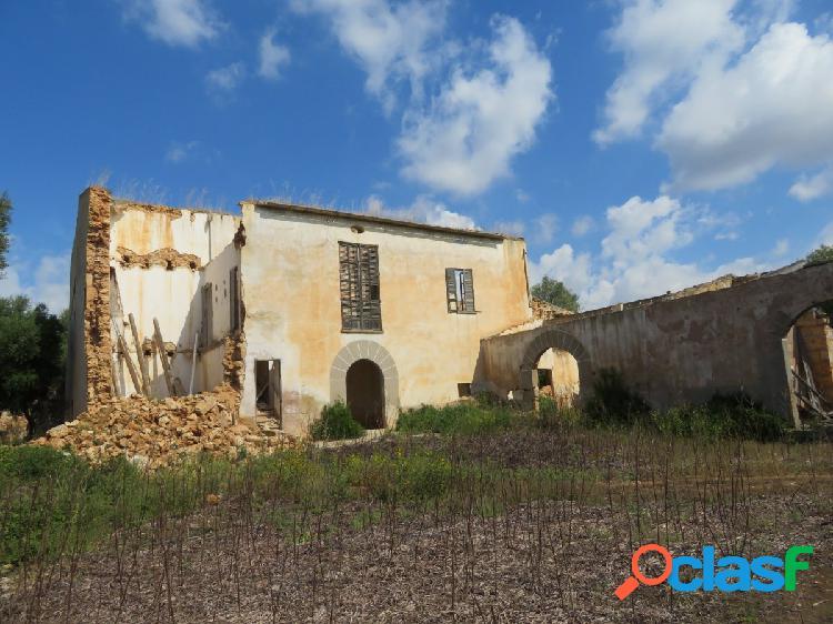 Finca rústica con casas y dependencias agrarias para
