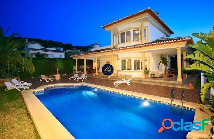 Impecable Villa de estilo Clásico en Urbanización Nueva y