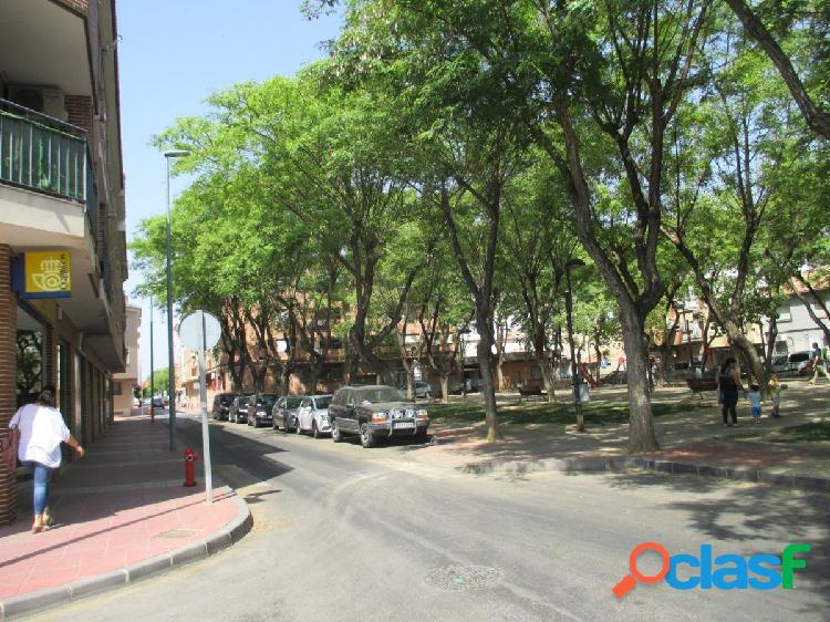 LOCAL A 3 CALLES CON SALIDA DE HUMOS