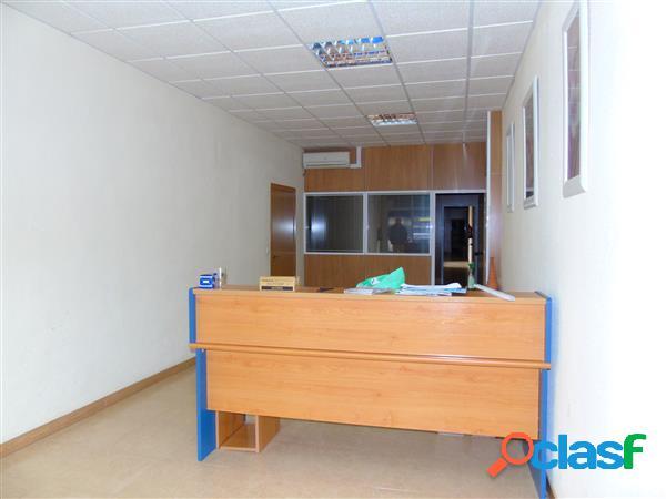Local comercial con 150 m2, recepción, 4 despachos en
