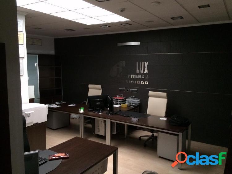 Local comercial, equipado con oficinas y sala de