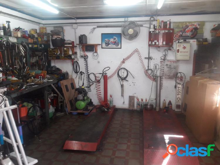 Local de 50 m2, es un taller de motos con patio, luz, agua,