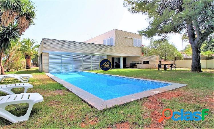 Lujosa Villa Minimalista de 4 dormitorios a 180 mt del MAR