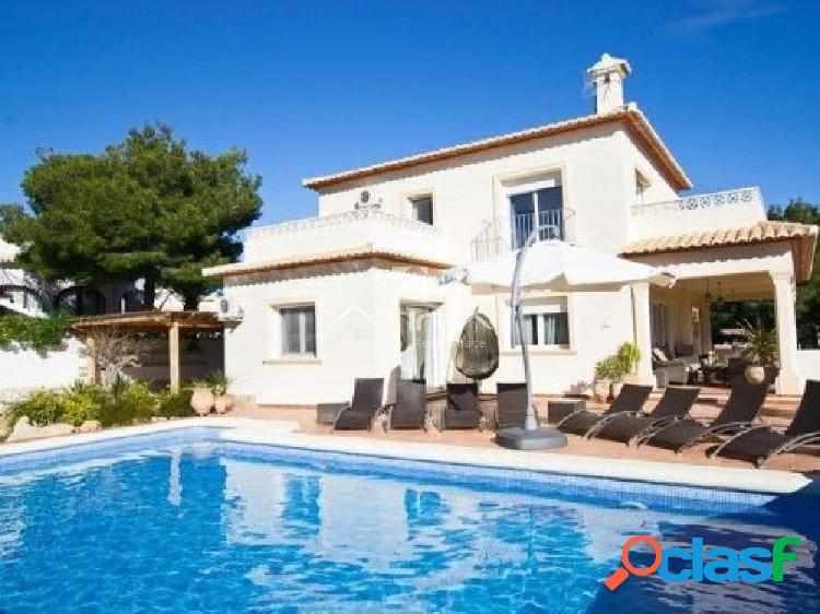 Moderna villa con vistas al mar situada en la zona de