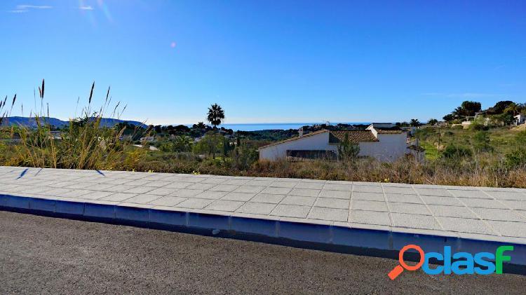 Parcela de 800 m2 en Moraira con vistas al mar