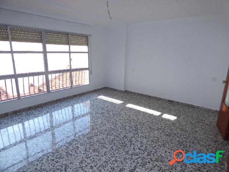 Piso de 117 m2 en el centro de Elda de cuatro dormitorios y