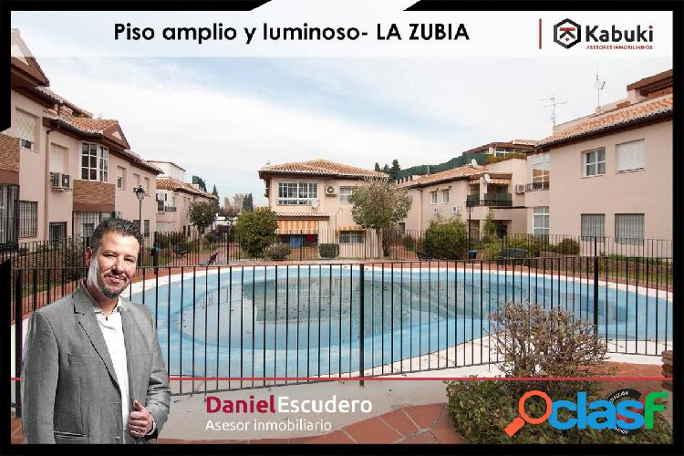 Piso en urbanización con dos piscinas, tiene garaje y