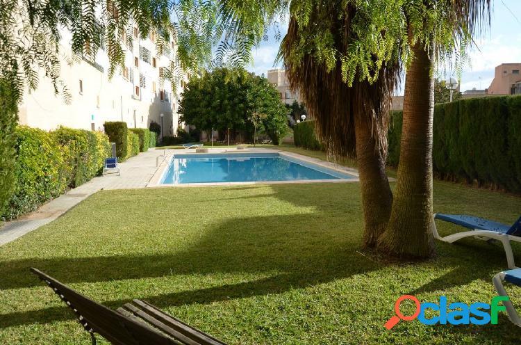 Piso muy luminoso con gran terraza y piscina comunitaria en