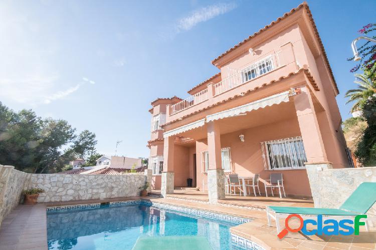 Preciosa, espaciosa y lujosa casa independiente en El Coto.