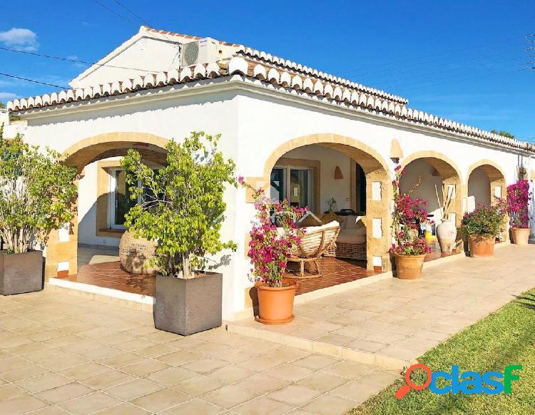 Preciosa villa en venta con estilo rústico a los pies del