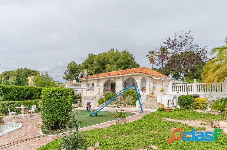 REF 03557 - Chalet con piscina y bonito jardín en