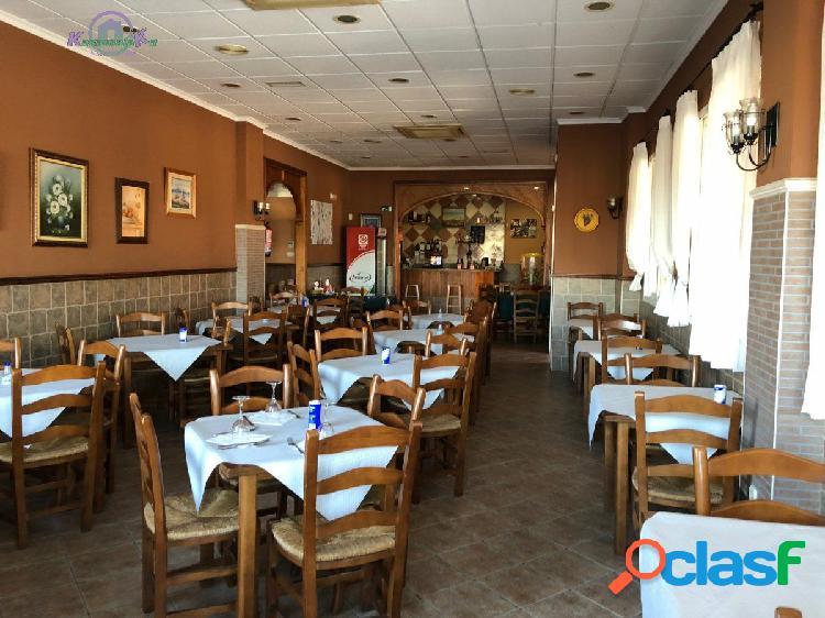 Se traspasa bar restaurante en pleno funcionamiento.
