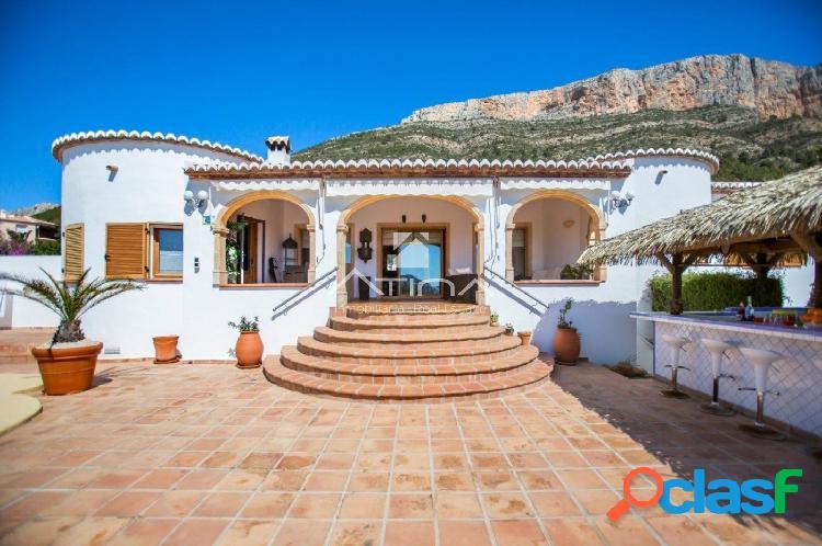 Se vende magnífica villa con vistas panorámicas en Montgó