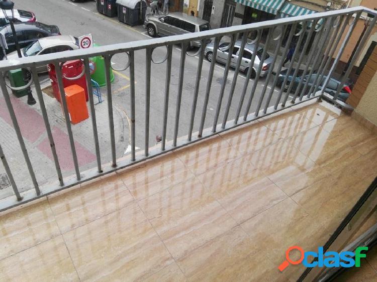 Se vende piso muy grande y luminoso en Torrente.