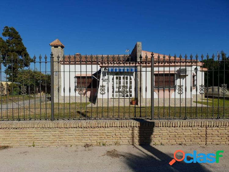 Se vende preciosa finca con casa y piscina en Puerto Real.